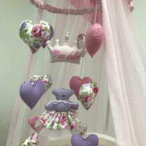 Мобиль в кроватку розовая, с мягкими игрушками.