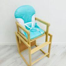 Scaunel din lemn de culoare deschisa cu o masă de plastic Albastru deschis