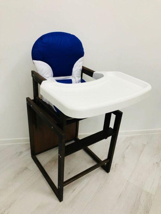 Scaunel din lemn de culoare închisă , cu o masă de plastic Albastru