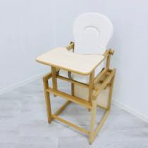 Стульчик светлого цвета со столиком из дерева — в горошек.